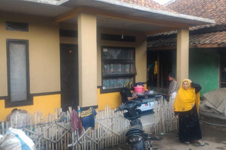Ibu dari Irawan Maulana, warga Garut yang selamat dari serangan KKB di Nduga, Papua di depan rumahnya di Desa Sukamenak Kecamatan Wanaraja