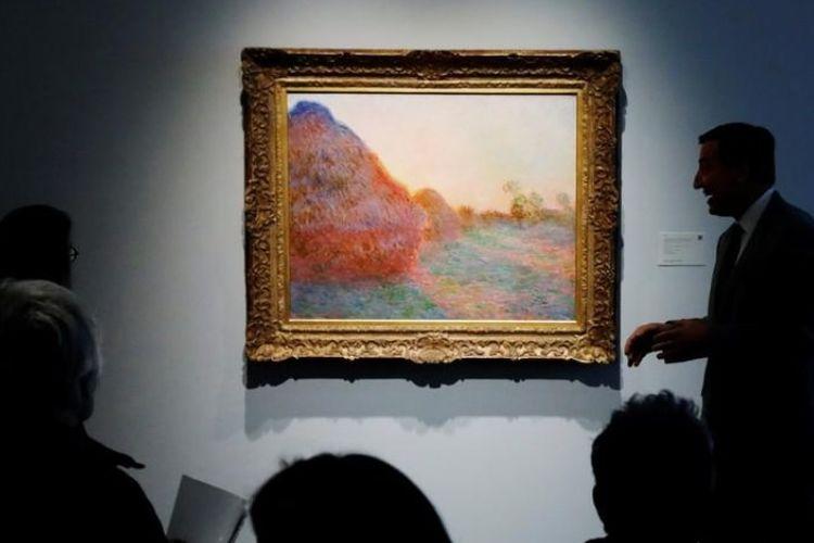 Lukisan karya Claude Monet, bagian dari seri Les Meules Haystacks ditampilkan di Rumah Lelang Sotheby, 3 Mei 2019.