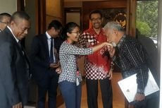 Saat Xanana Gusmao Mencium Tangan Seorang Wartawati di Kantor Wiranto