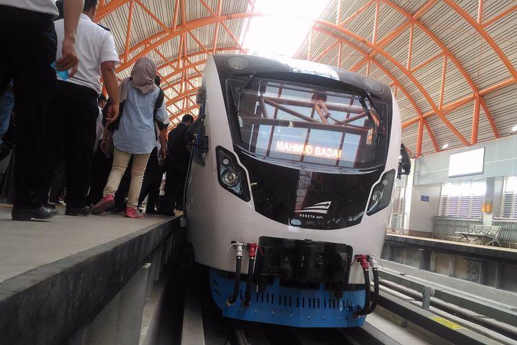 LRT Palembang ketika menjalani uji coba.