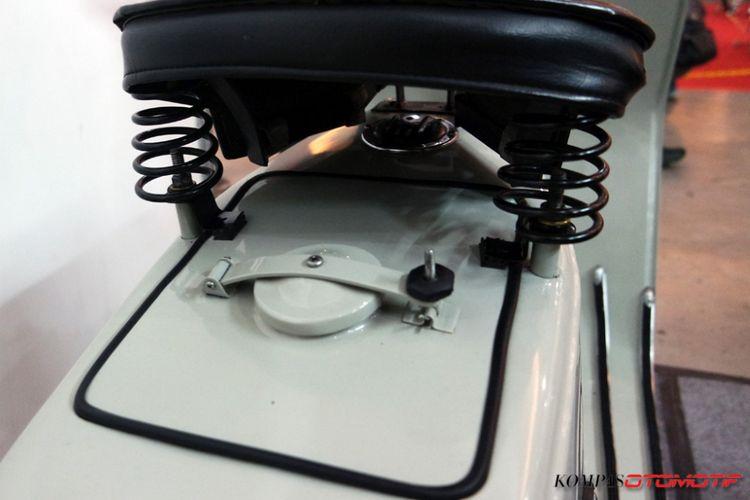 Reproduksi Vespa Douglas 1956 oleh Ruli Wood Custom.