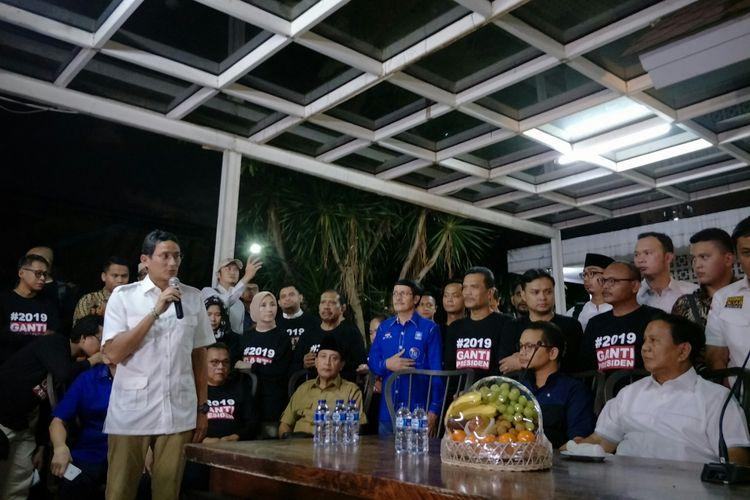 Wakil Ketua Dewan Pembina Gerindra Sandiaga Uno memberikan sambutan dalam peresmian sekretariat bersama Gerindra dan PKS. Prabowo Subianto terlihat mendengarkan.