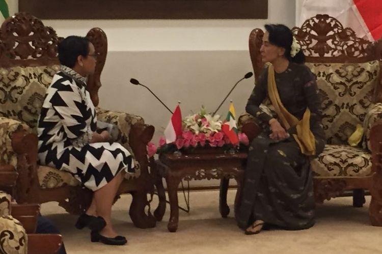 Menteri Luar Negeri RI Retno LP Marsudi saat bertemu State Counsellor Myanmar, Daw Aung San Suu Kyi di Myanmar.