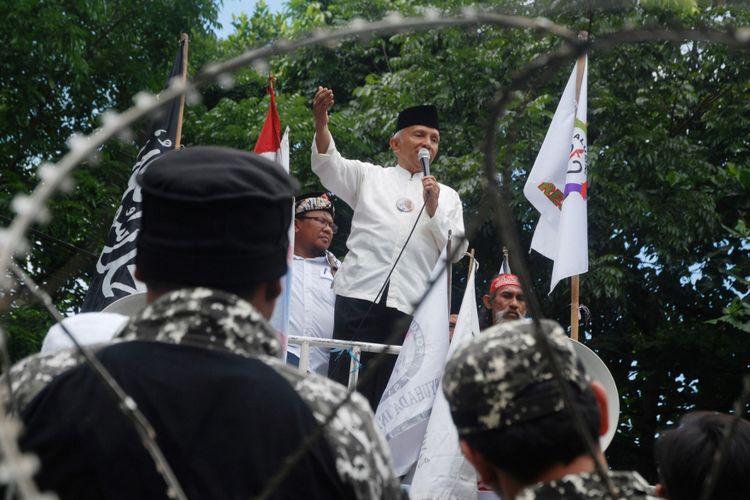 Mantan Ketua MPR Amien Rais (tengah) melakukan orasi di depan massa pendukung Buni Yani sebelum menghadiri  sidang vonis terdakwa kasus dugaan pelanggaran Undang-Undang Informasi dan Transaksi Elektronik (UU ITE) di depan Gedung Perpustakaan dan Arsip Daerah Kota Bandung, di Bandung, Jawa Barat, Selasa (14/11/2017). Majelis Hakim Pengadilan Negeri Bandung memvonis Buni Yani 1,5 tahun penjara karena perbuatannya yang dinilai memenuhi unsur Pasal 32 Ayat 1 dan Pasal 28 Ayat 2 UU ITE dengan melakukan ujaran kebencian dan mengedit isi video pidato Basuki Tjahaja Purnama.