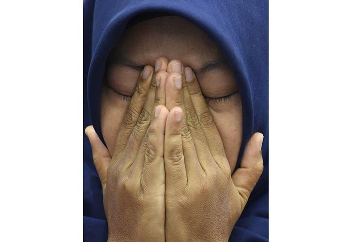 Terpidana kasus pelanggaran Undang-Undang Transaksi dan Informasi Elektronik (UU ITE), Baiq Nuril Maknun menyeka air mata saat menjawab pertanyaan wartawan pada Forum Legislasi bertema Baiq Nuril Ajukan Amnesti , DPR Setuju? di Kompleks Parlemen Senayan, Jakarta, Rabu (10/7/2019). Dalam kesempatan tersebut, Baiq Nuril berharap DPR dapat mempertimbangkan keadilan untuk dirinya.