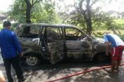 Diparkir di Pinggir Jalan, Kijang Kapsul Tiba-tiba Meledak dan Terbakar