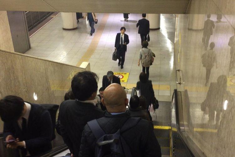 Penumpang yang ingin berjalan santai dapat menggunakan eskalator pada sisi kiri. Sementara, sisi kanan dibiarkan kosong agar memudahkan penumpang lain yang tergesa-gesa.