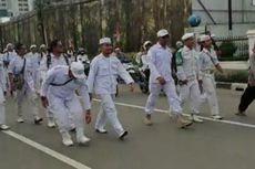 Selesai Shalat Jumat, Massa Eggi dan Kivlan Jalan Kaki ke Bawaslu