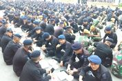 Duduk Berbaris di Aspal, Brimob Buka Puasa Bareng TNI hingga Penyandang Disabilitas di Bawaslu