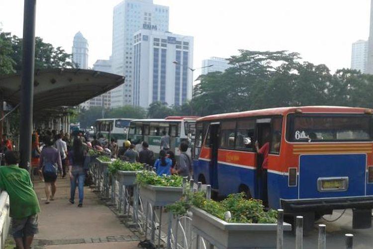 Sejumlah bus Kopaja dan Metromini yang ngetem di depan Stasiun Sudirman, Jakarta,beberapa waktu lalu