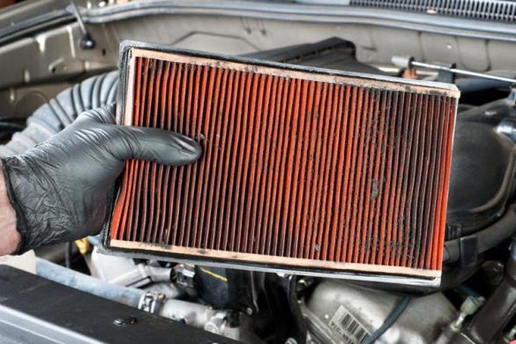 Saat membersihkan filter udara, jangan lupa gunakan sarung tangan.