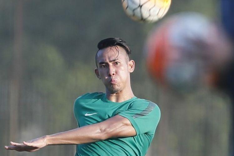 Aksi bek Persija, Ryuji Utomo, pada sesi seleksi Indonesia U-22 tahap ketiga di Lapangan Sekolah Pelita Harapan (SPH), Karawaci, Tangerang, Banten, Kamis (9/3/2017).