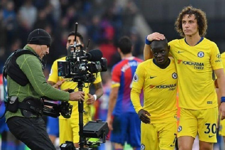 David Luiz tampak mengucap kepala NGolo Kante yang mencetak gol pada laga Crystal Palace vs Chelsea dalam lanjutan Liga Inggris di Stadion Selhurst Park, 30 Desember 2018.