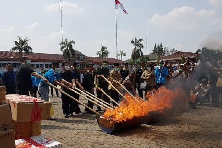 Jajaran Muspida Kota Bekasi memusnahkan barang bukti narkoba, obat-obatan kadaluarsa, dan ribuan botol minuman keras di Plasa Pemerintah Kota Bekasi, Kamis (14/9/2017).