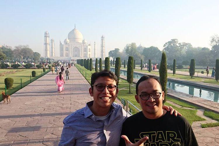 Ardhi Soetadi (kiri) tengah berada di Taj Mahal, India.