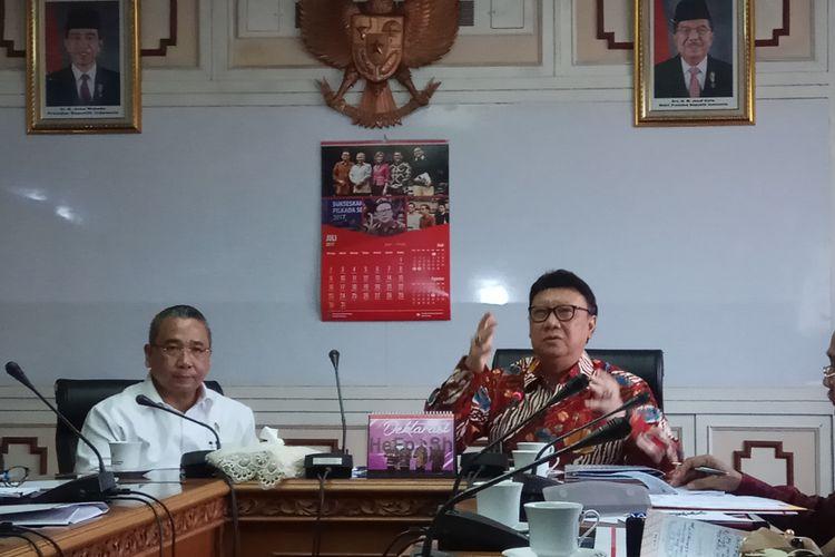 Menteri Dalam Negeri Tjahjo Kumolo (kanan) dan Menteri Desa, Pembangunan Daerah Tertinggal, dan Transmigrasi Eko Putro Sandjojo (kiri) Ketika Menggelar Pertemuan di kantor Kementerian Dalam Negeri, Jakarta, Kamis (10/8/2017).