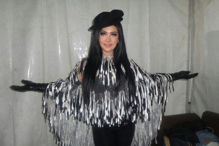 Penyanyi pop Syahrini usai mengisi acara Global TV Amazing 15 di MNC Studios, Kebon Jeruk, Jakarta Barat, Rabu (11/10/2017).
