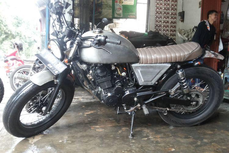 Salah satu sepeda motor modifikasi bergaya scrambler di bengkel Clacustique, Depok, Senin (19/2/2018).