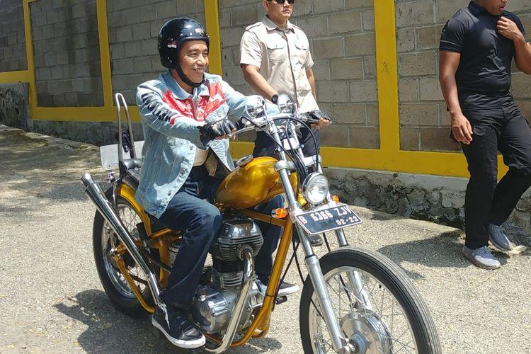 Presiden Joko Widodo atau Jokowi mengendarai sepeda motor Royal Enfield Bullet 350 cc bergaya chopper di Sukabumi, Jawa Barat, Minggu (8/4/2018).