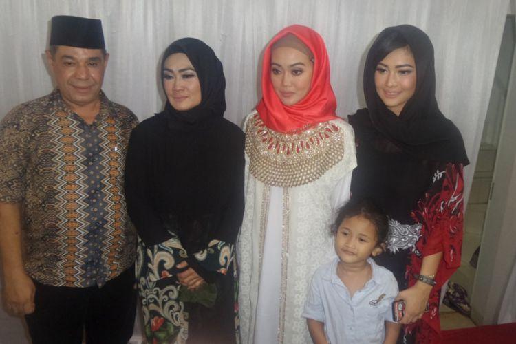 Keluarga Julia Perez usai tahlilan 40 hari meninggalnya Julia Perez di Raffles Hills, Cibubur, Jakarta Timur, Rabu (19/7/2017) malam.