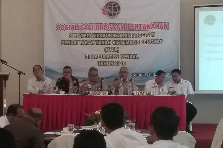 Kepala Kementrian ATR Kendal, Herry Fatchurohman, saat memberi sosialisasi PTSL.