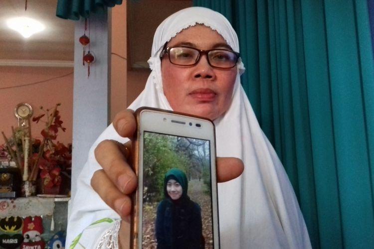 Umi Salamah saat menunjukkan foto anaknya, Shinta Putri Dina Pertiwi yang tewas tenggelam di Jerman, Selasa (14/8/2018).