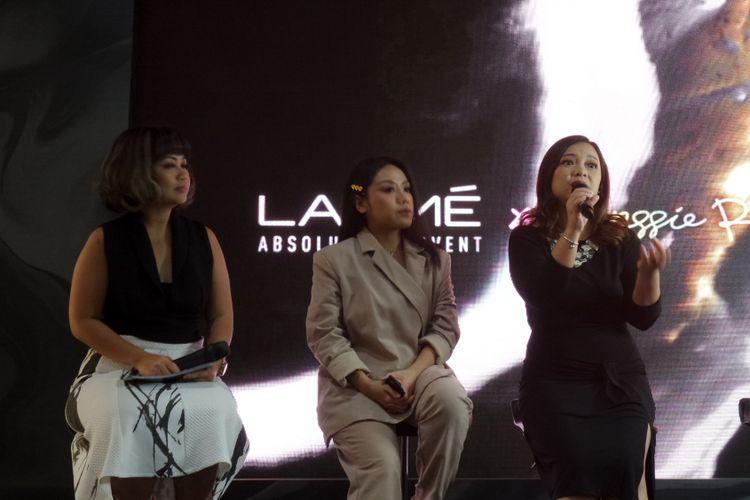 Professional eyebrow artist Anggie Rassly dan General Manager Lakme Indonesia Adina Tontey dalam peluncuran Lakme Absolute Reinvent X Anggie Rassly Prexision Marble Eyebrow Pencil di Senayan City, Jakarta, Jumat (14/12/2018).