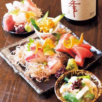 Nikmati sashimi dengan bahan yang sedang musim dengan Spring Special Platter (Medium 2.041 yen).