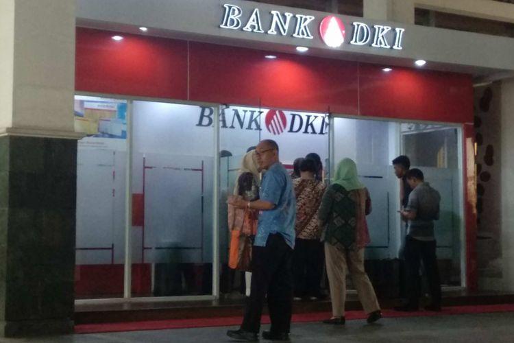 Para PNS DKI mengantre di Bank DKI di hari terakhir mereka kerja sebelum cuti lebaran, Jumat (8/6/2018).