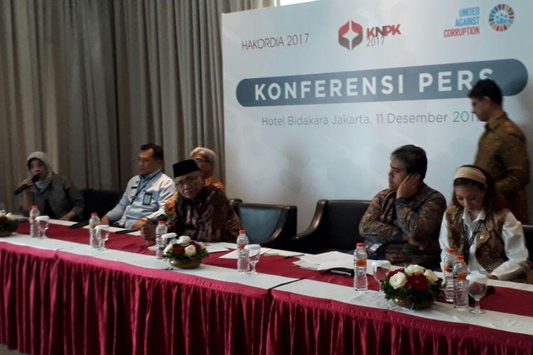 Ketua KPK, Agus Rahardjo (tengah peci hitam) dalam konfrensi pers di sela acara Peringatan Hari Antikorupsi Sedunia (Harkodia) dan Konferensi Nasional Pemberantasan Korupsi (KNPK) di Hotel Bidakara, Jakarta, Senin (11/12/2017).