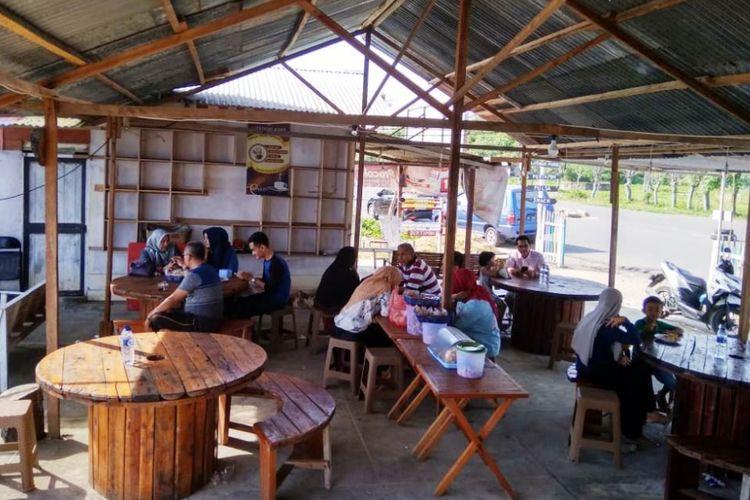 Pengunjung di Kafe Literasi, Desa Ujong Blang, Kecamatan Banda Sakti, Kota Lhokseumawe, Aceh, Minggu (15/7/2018).