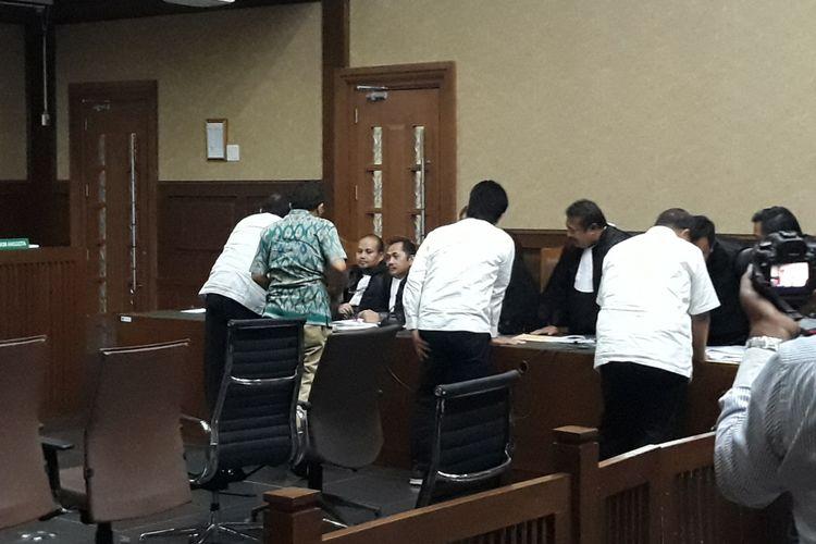 Empat anggota DPRD Sumatera Utara didakwa menerima suap dari Gubernur Sumatera Utara, Gatot Pujo Nugroho.  Masing-masing yakni, Arifin Nainggolan, Mustofawiyah, Sopa Siburian dan Analisman Zalukhu di Pengadilan Tipikor Jakarta, Rabu (28/11/2018).