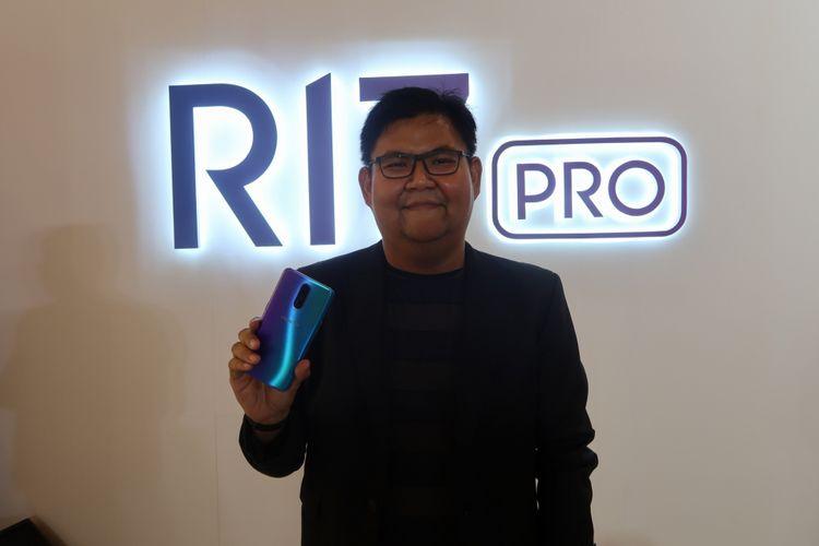 Aryo Meidianto saat memegang R17 Pro