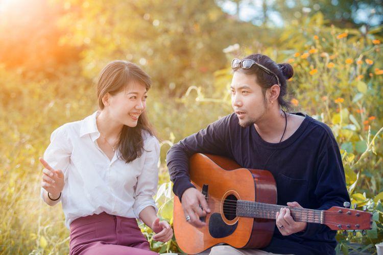 Ilustrasi pasangan bernyanyi