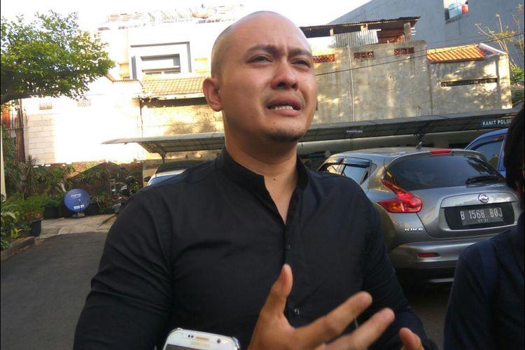 Tommy Prabowo menahan tangisnya saat meminta Valen untuk diserahkan ke pihak berwenang.