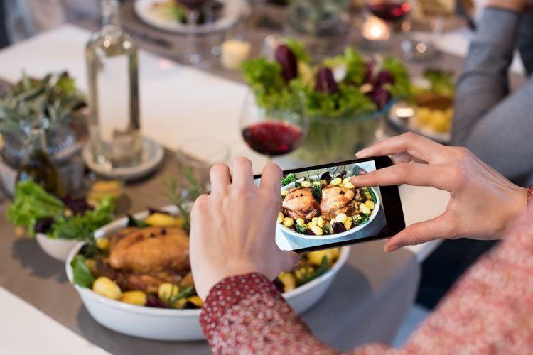 Memotret makanan untuk dipasang di media sosial