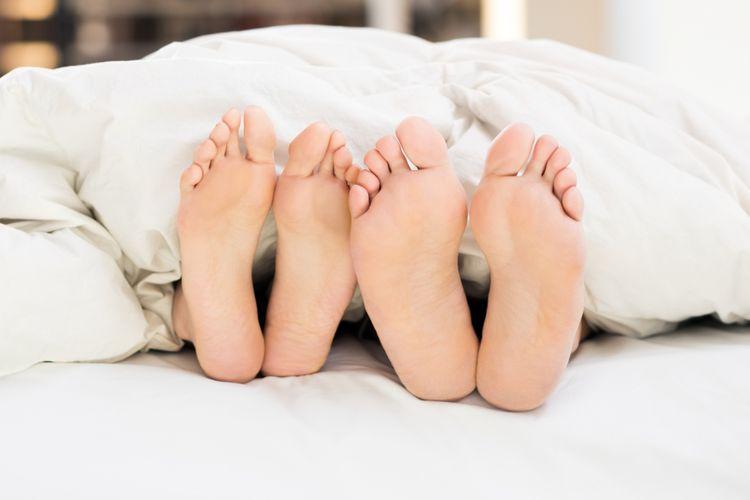 Ilustrasi pasangan di tempat tidur