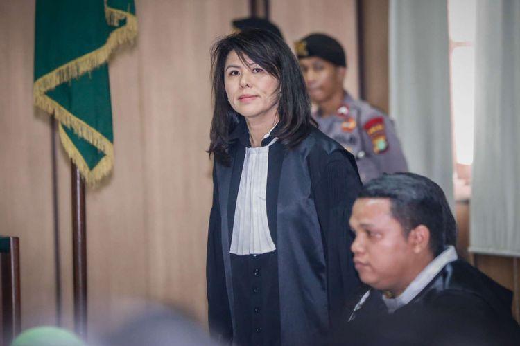 Tim kuasa hukum Basuki Tjahaja Purnama alias Ahok, yaitu Fifi Lety Indra yang merupakan adik kandung Ahok, Josefina Agatha Syukur (tengah), dan Daniel kanan, bersiap mengikuti sidang Peninjauan Kembali (PK) vonis dua tahun penjara terhadap Ahok di Pengadilan Negeri Jakarta Utara, Jakarta, Senin (26/2/2018). Dalam persidangan tersebut majelis hakim telah memeriksa bukti baru atau novum yang diberikan tim kuasa hukum, dan majelis hakim tidak langsung memutuskan permohonan PK Ahok diterima atau ditolak, namun Keputusan akhir akan dilakukan Mahkamah Agung.