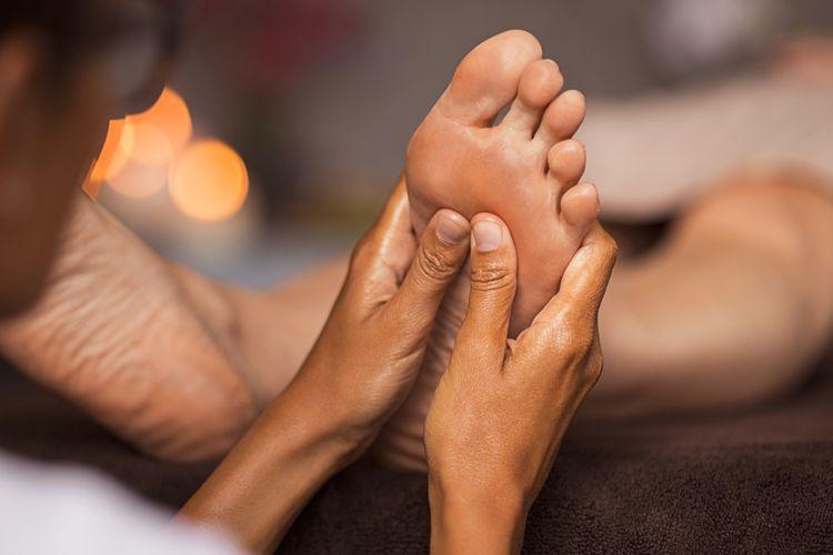Ilustrasi memijat kaki