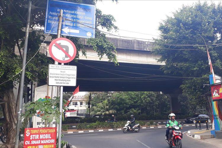 Rambu larangan di kawasan pemberlakuan sistem ganjil genap di Jakarta Timur, Senin (12/8/2019).