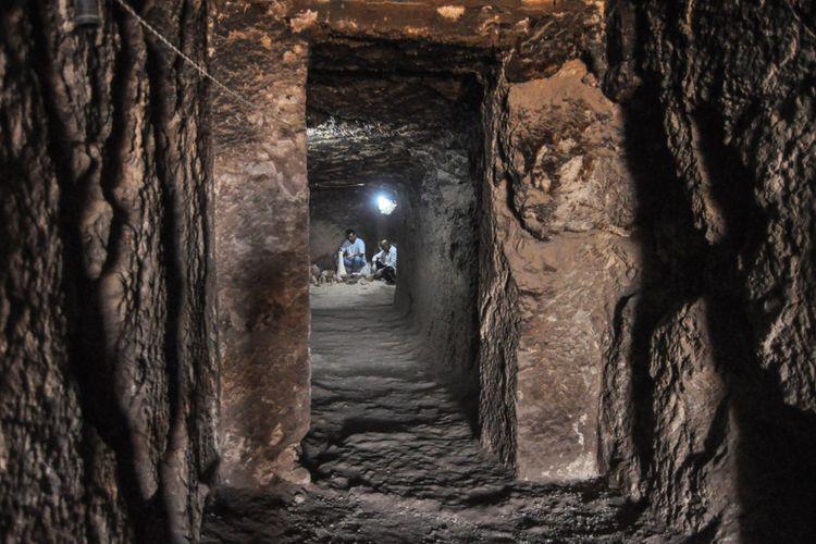 Para arkeolog Mesir bekerja di dalam makam Shedsu-Djehuty yang baru ditemukan di pekuburan Draa Abul Naga di Tepi Barat Luxor, 700 km selatan Kairo, pada 18 April 2019.