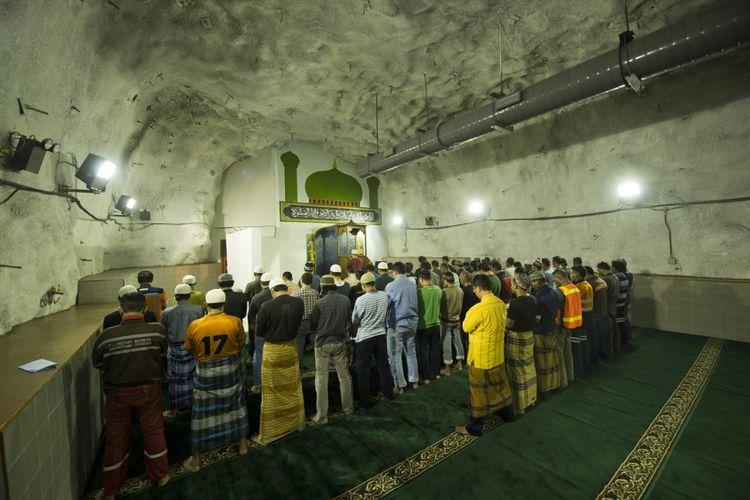 Karyawan PT Freeport menjalani salat tarawih di masjid Baabul Munawwar yang terletak di Timika, Papua dengan kedalaman 1.700 meter.