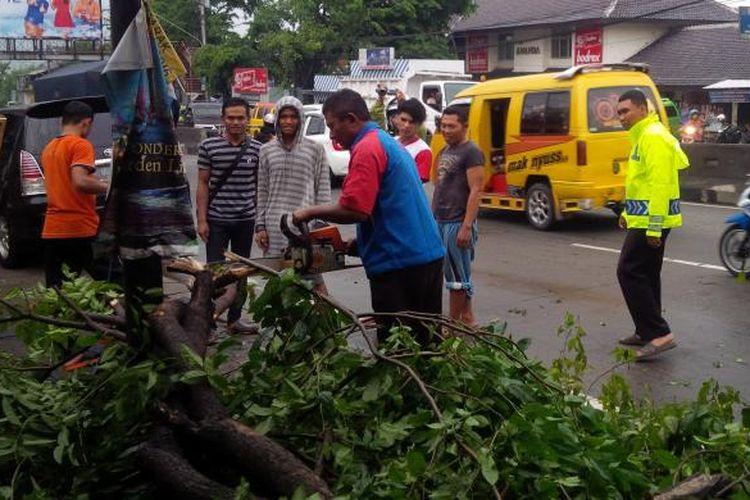 Sebuah pohon peneduh tumbang dan mengenai satu sepeda motor milik pengendara yang sedang berteduh di Jl Jendral Sudirman No.84 Babadan, Ungaran, Kabupaten Semarang, Jumat (18/11/2016) sekitar pukul 15.00.