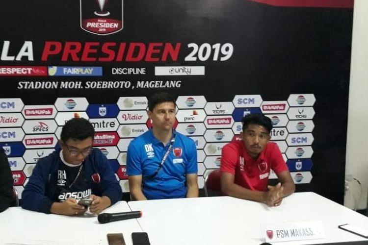 Pelatih PSM Makassar, Darije Kalezic dan M. Arfan pada jumpa pers setelah laga melawan Persipura pada babak penyisihan Grup C Piala Presiden 2019 di stadion Moch Soebroto, Minggu (10/3/2019).