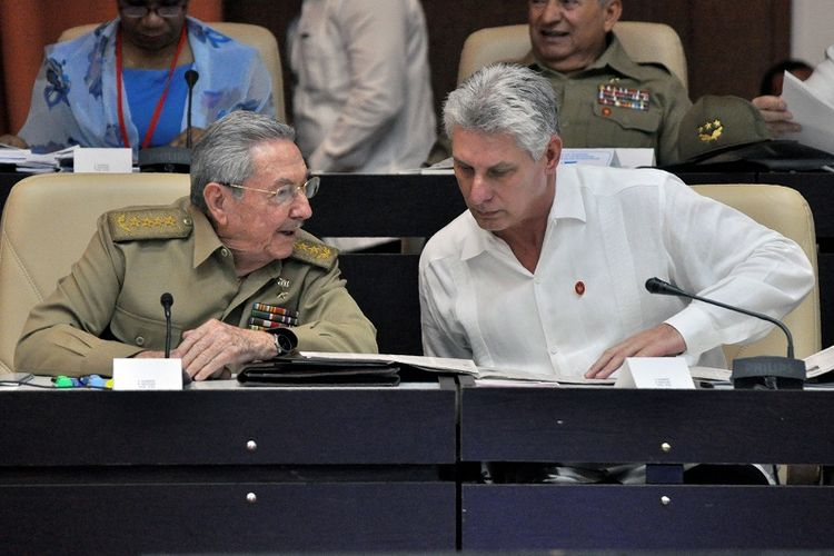 Foto yang diambil pada 14 Juli 2017 memperlihatkan President Kuba Raul Castro (kiri) berbincang dengan Wapres Miguel Diaz-Canel dalam Komite Kerja Permanan Dewan Nasional Kuba.