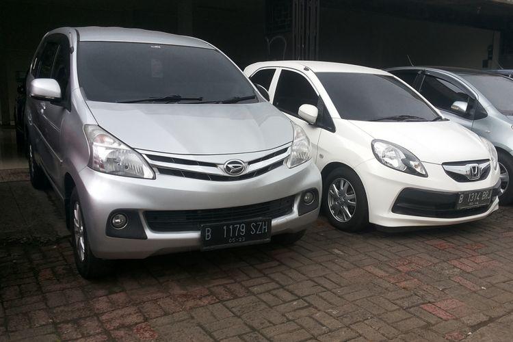 Deretan mobil bekas yang dijual di diler Kara Motor, Jalan Margonda, Depok, Selasa (13/2/2018).
