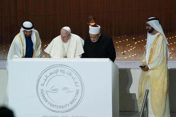 Paus Fransiskus (dua dari kiri) bersama Imam Besar Al Azhar Dr Ahmed At-Tayyeb (tiga dari kiri) saat menandatangani dokumen Deklarasi Abu Dhabi, Senin (4/2/2019), disaksikan Sheikh Mohammed bin Rashid Al Maktoum (kanan), perdana menteri sekaligus wakil presiden Uni Emirat Arab.