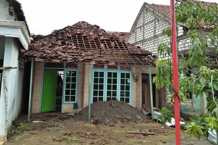 Salah satu rumah warga di Desa Banter, Kecamatan Benjeng, Gresik, yang mengalami kerusakan usai diterjang angin puting beliung.