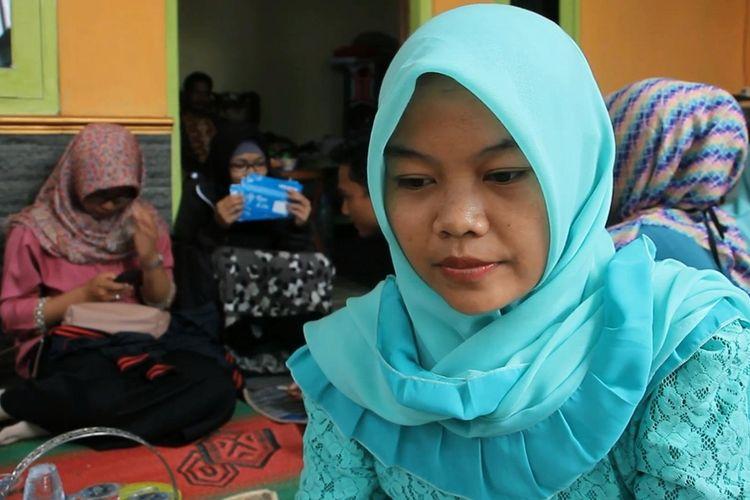 Ita Warna Asih (22) calon istri korban meninggal dunia berusaha tegar dan sabar, saat ditemui di rumah Riyan di Desa Kasugenang Kidul, Kecamatan Depok Kabupaten Cirebon, Jumat (21/72017). Ita juga harus menahan kesedihan lantaran ibu kandungnya yang juga telah meninggal dunia dua minggu lalu, karena sakit.