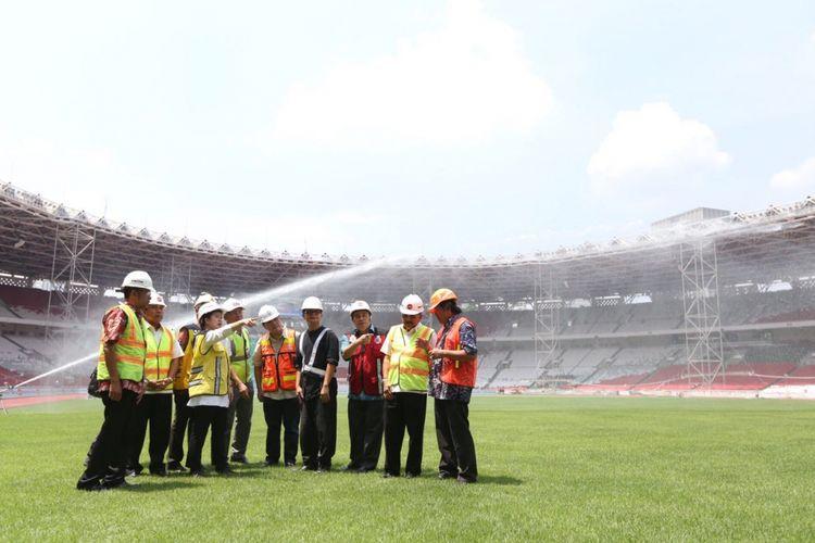 Menko PMK Puan Maharani bersama Ketua Panitia Penyelenggara Asian Games 2018 (INASGOC) Erick Thohir mengunjungi Stadion Gelora Bung Karno untuk memeriksa perkembangan renovasi stadion menjelang Asian Games 2018, Jumat (20/10/2017)